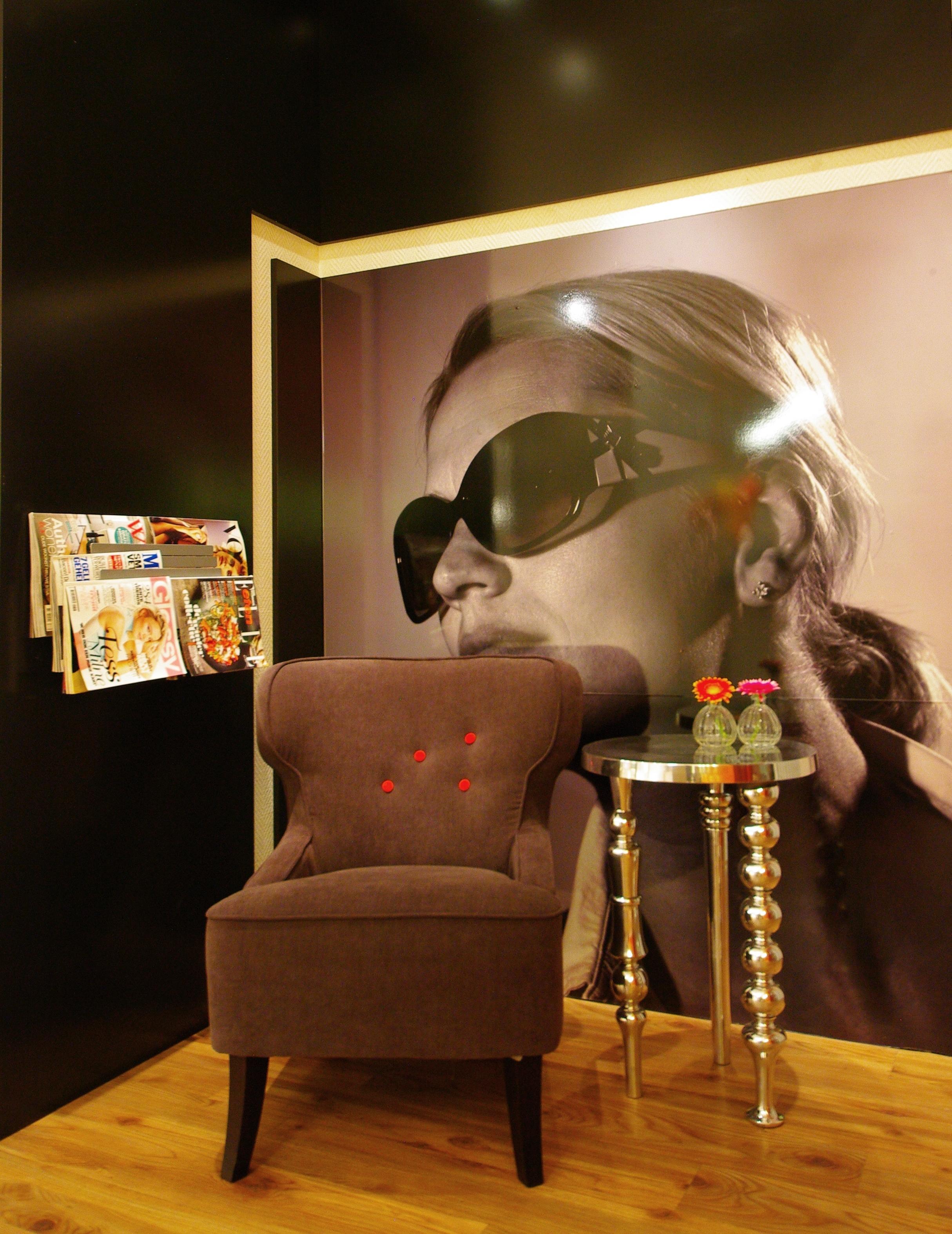 Optiekzaak hengelo inbedrijf interieurinbedrijf interieur for Foto van interieurontwerp